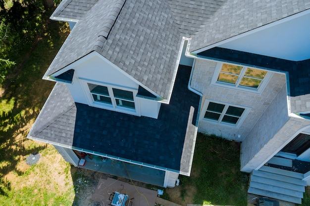 Tetto in una nuova casa costruita che mostra scandole di asfalto più linee del tetto con vista aerea