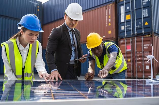 Ingegneri della centrale solare sul tetto e team di tecnici riparazione e manutenzione del pannello solare