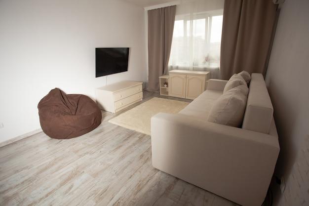 Interno della stanza, soggiorno splendidamente decorato nei toni del beige