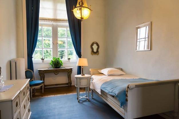 Interiore della stanza, mobili vintage bianchi, europa