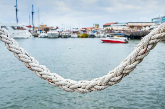 Corda sullo sfondo della superficie del mare