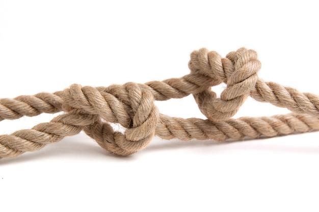 Nodo di corda isolato su un baclground bianco