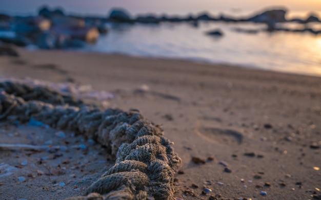 Corda legata sulla spiaggia di sabbia