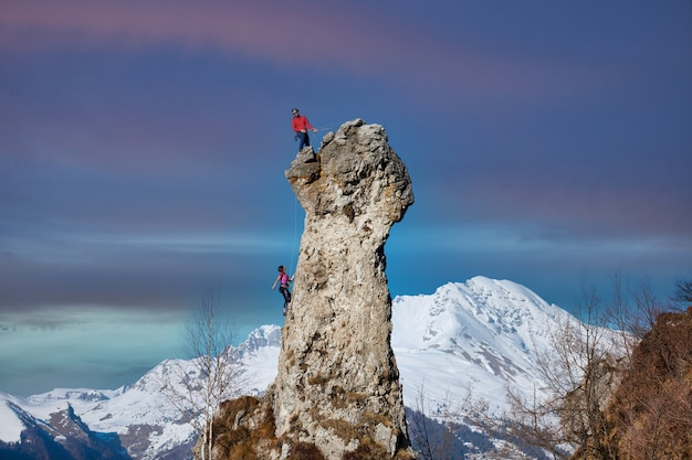 Cordata da due alpinisti maschi e femmine sulla parete