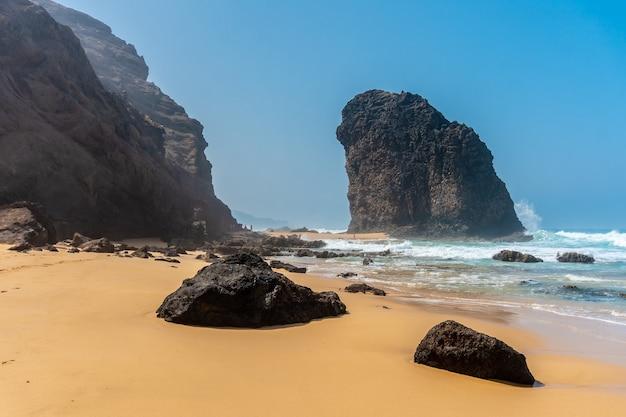 Roque del moro dalla spiaggia di cofete nel parco naturale di jandia, barlovento, a sud di fuerteventura, isole canarie. spagna