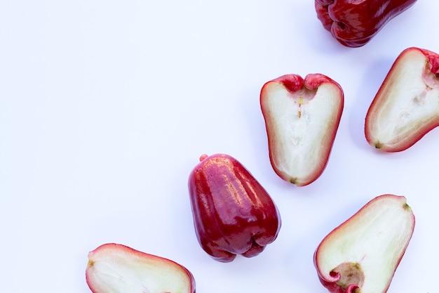 Rose apple isolato su uno sfondo bianco