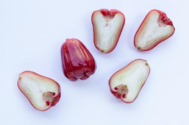 Rose apple isolato sul muro bianco