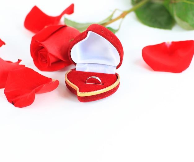 Rosa e una scatola con anelli