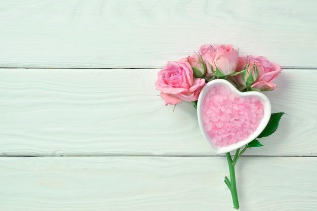 Ramo di rosa con sale profumato di mare rosa con spazio per il testo