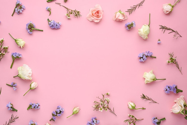 Boccioli di rosa, eustoma, infiorescenze di citronella sul rosa