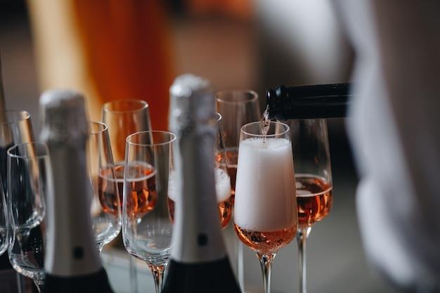 Rose champagne - spumante in bicchieri; catering al ricevimento per matrimoni o eventi simili.