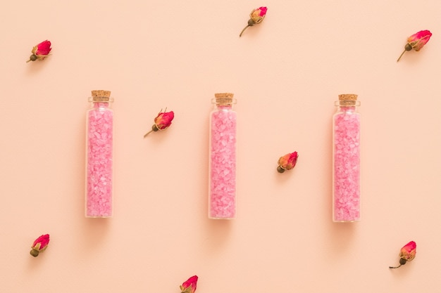 Sale da bagno fai da te all'olio essenziale di rosa in bottiglie di vetro