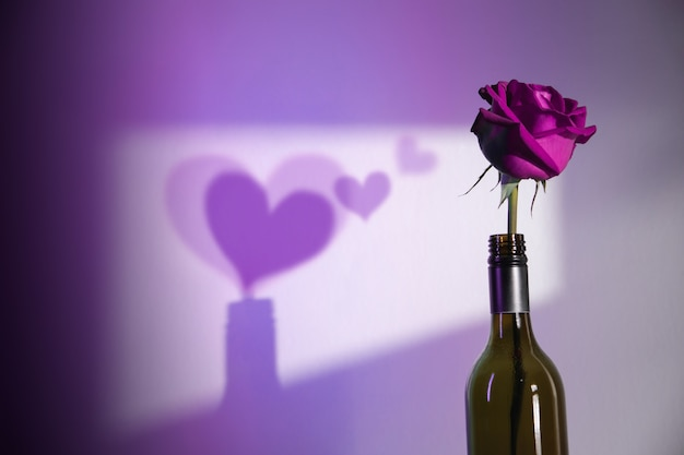 Ombra di ombreggiatura di fiori di rosa come cuori sul muro