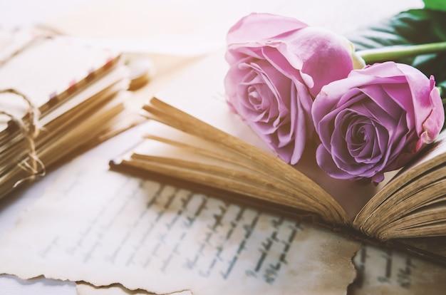 Fiore rosa con lettere d'amore con tono vintage