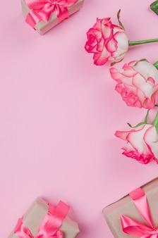 Cornice di fiori di rosa sul tavolo dall'alto con lo spazio della copia