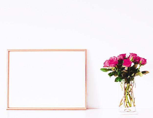 Cornice in oro rosa su mobili bianchi, arredamento e design per la casa di lusso per la stampa di poster mockup e stampabile...