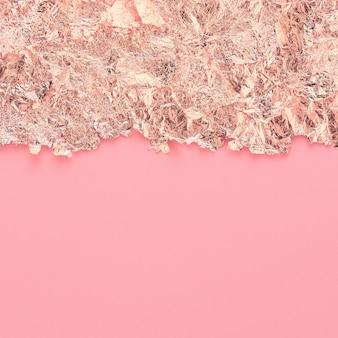 Bordo del bordo strappato in carta oro rosa, sfondo astratto rosa, copia spazio.