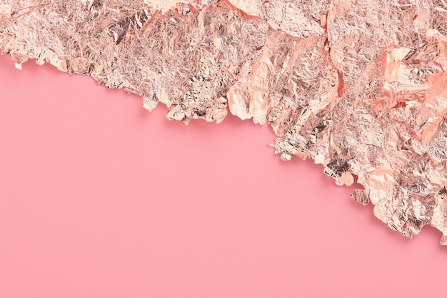 Cornice bordo strappato carta oro rosa, sfondo astratto rosa, spazio copia.