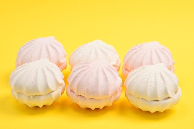 Marshmallow rosa su sfondo giallo. zefiro.