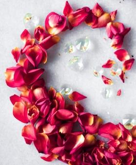 Petali di rosa su sfondo marmo decoro floreale e matrimonio flatlay vacanza biglietto di auguri sfondo per...