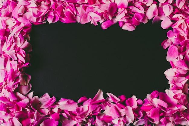 Petali di rosa su fondo in legno minimalismo