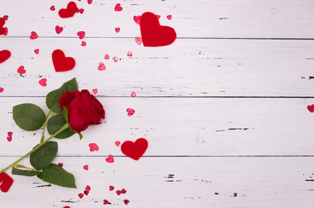 Cuori rosa e rossi su fondo di legno bianco, vista dall'alto. copyspace, un concetto di san valentino.