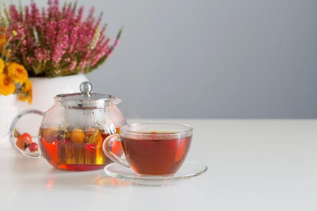 Tè alla rosa canina sul tavolo bianco in cucina
