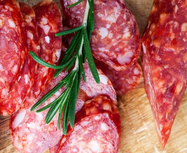 Ramo di rosmarino, spezie e carne di suino essiccata in salamoia, prodotti di carne suina e bovina realizzati in modo industriale