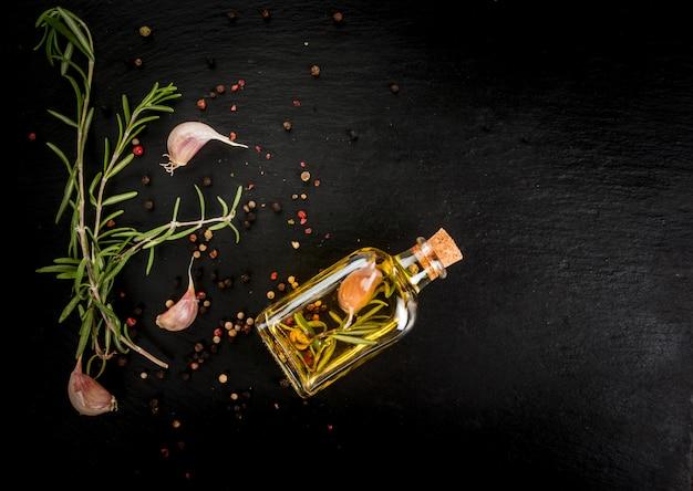 Bottiglia di vetro con olio essenziale di rosmarino Foto Premium
