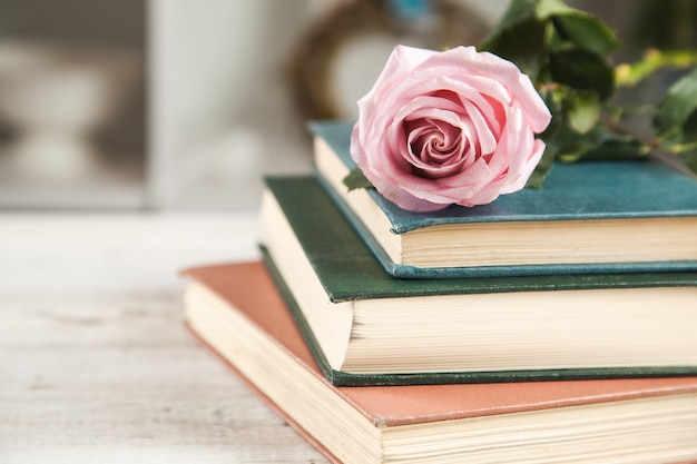 Rose sui libri sul tavolo