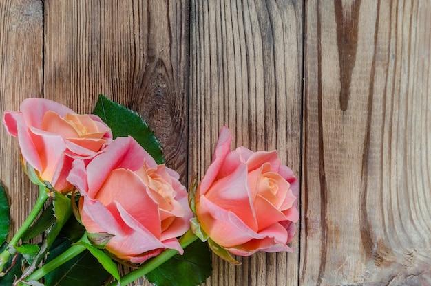 Fiore delle rose su fondo rustico in legno