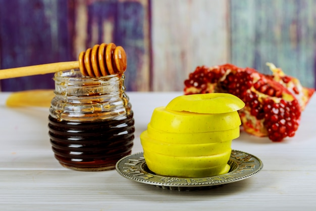 Concetto di vacanza di rosh hashanah jewesh shofar, libro di torah, miele, mela e melograno