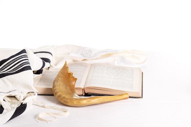 Rosh hashanah. yom kippur. tallit, shofar, torah su sfondo bianco. isolato