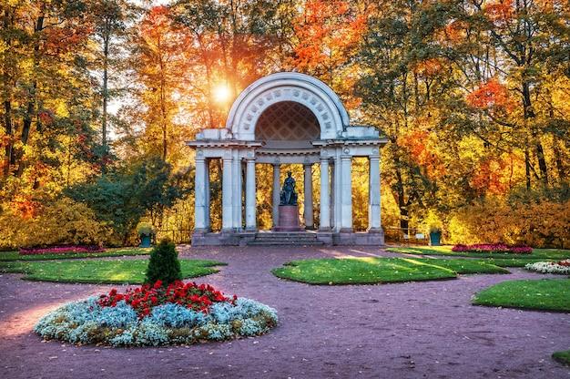 Padiglione rossi e il monumento a maria fedorovna a pavlovsk a san pietroburgo