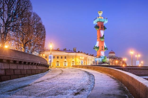 Colonna rostrale sull'isola vasilievsky di san pietroburgo in una mattina d'inverno blu