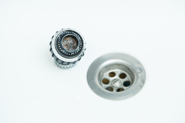 Ugello rotante sul miscelatore per regolare il flusso d'acqua. lavandino da bagno bianco per lavarsi le mani