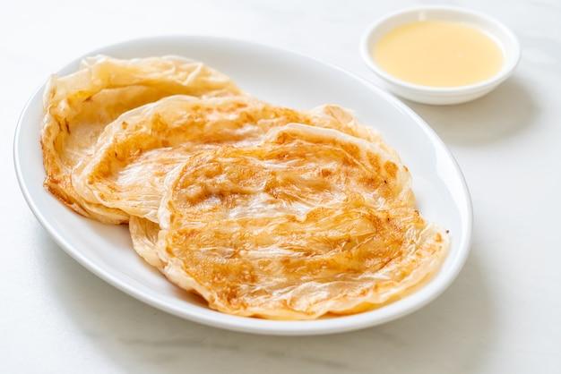 Roti con latte condensato zuccherato (dessert) - stile alimentare musulmano