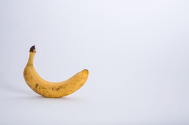 Banana marcia su uno spazio bianco con spazio di copia