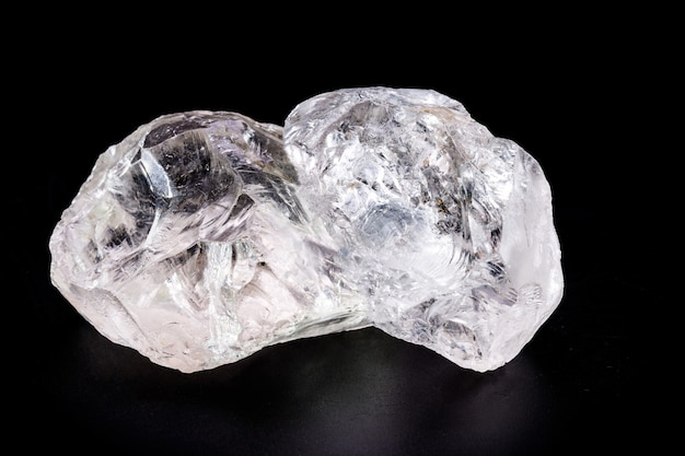 Diamante grezzo, cristallo in una forma allotropica di carbonio, gemma non tagliata, concetto di lusso o ricchezza