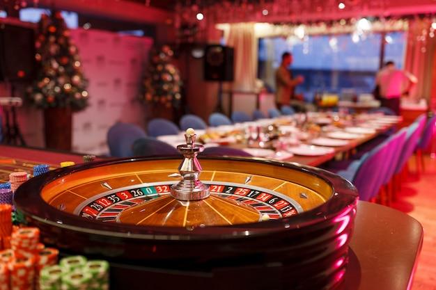 Roulette, fiches e pallina per il casinò all'interno del club.