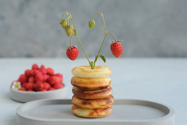 Ciambella rotonda al forno con fragole. minimalismo.