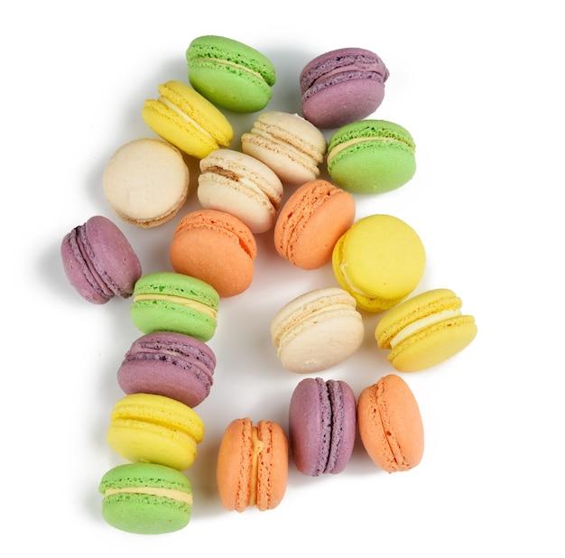 Rotonda al forno multicolore farina di mandorle torte macarons, dessert isolato su uno sfondo bianco, primi piani