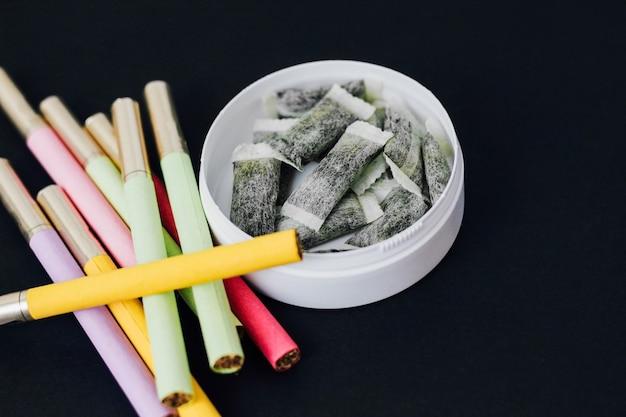 Scatola rotonda di snus con sigarette multicolori sostituto di sigaretta, sacchetti di nicotina.