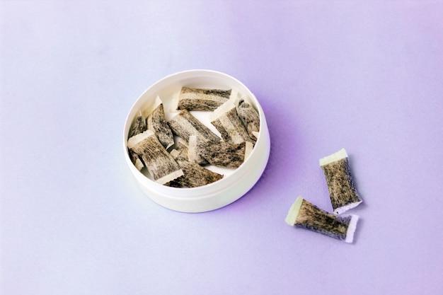 Scatola rotonda con snus. sostituto della sigaretta, bustine di nicotina.