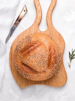 Pane tondo su una tavola di legno. foto verticale