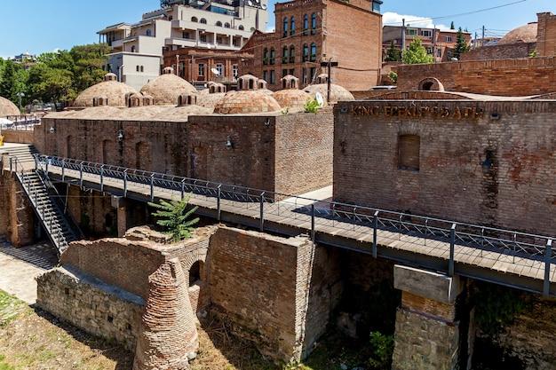 Tetti rotondi in mattoni di bagni di zolfo nella città vecchia di tbilisi. vecchi edifici nella città vecchia
