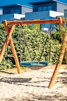 Altalena rotonda per bambini nel parco