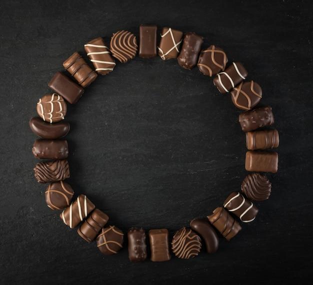 Cornice rotonda al cioccolato con posto per il testo