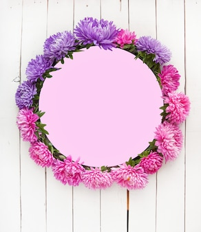 Composizione rotonda di fiori di aster su sfondo bianco il concetto di autunno estate