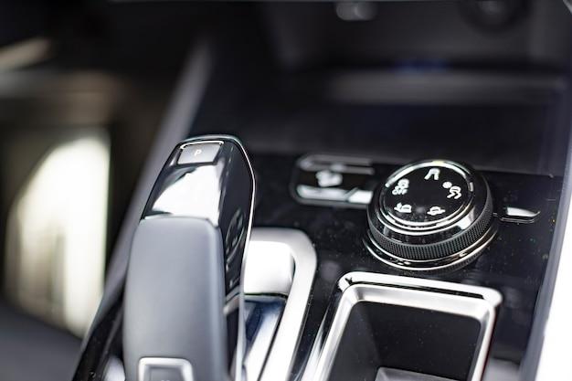 Console rotonda per il controllo delle modalità di guida in un'auto moderna messa a fuoco selettiva primo piano senza persone